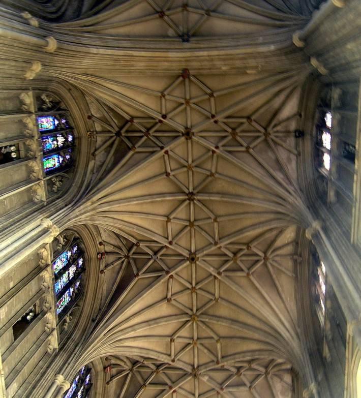 Каменный потолок и колонны с лепниной в Кентерберийском соборе (фото 2)
