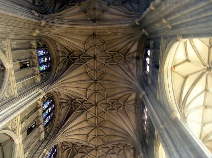 Каменный потолок и колонны с лепниной в Кентерберийском соборе