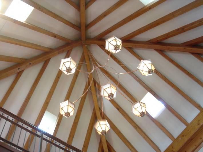 Деревянный потолок — фото 45