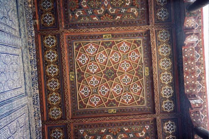 Арабский резной деревянный потолок с инкрустацией  (фото 3)
