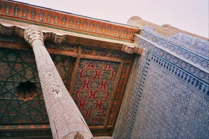 Арабский резной потолок с инкрустацией (фото 2)