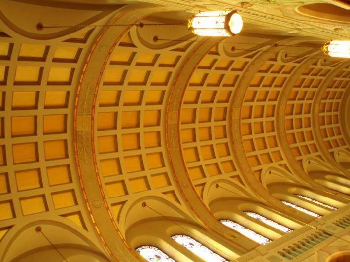 Гризаль на цилиндрическом потолке в виде кессонов
