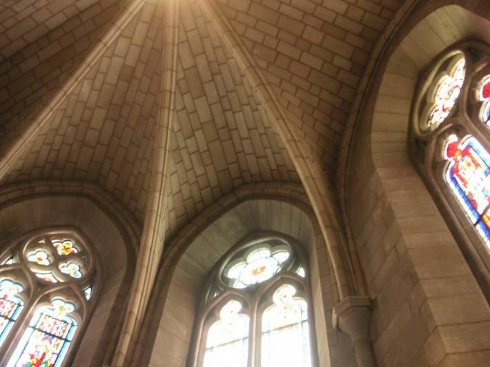 Кирпичный потолок и стены и витражные окна