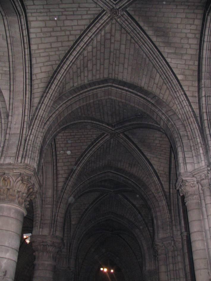 Сводчатый потолок и колонны из серого кирпича
