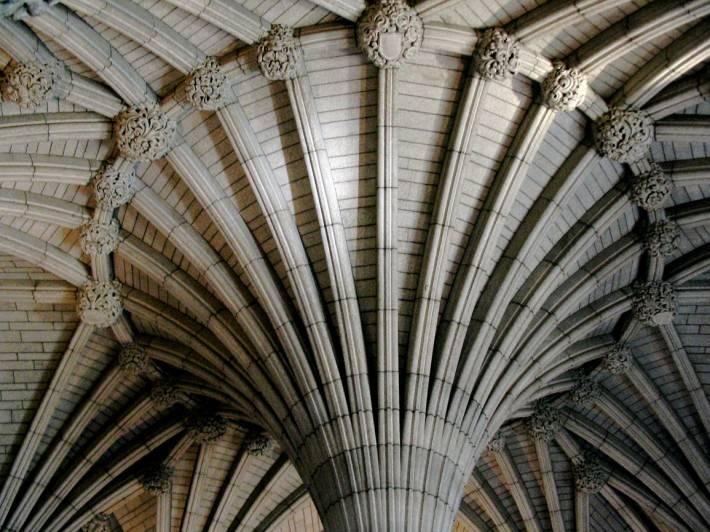 Сводчатый потолок и колонны из серого кирпича — фото 2