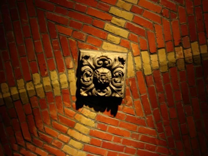 Кирпичный потолок с элементом лепного декора