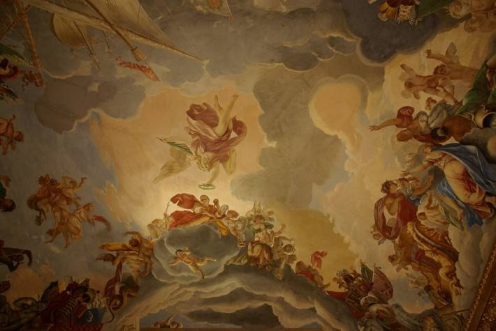 Нарисованный на потолке ангел с венком и корабли