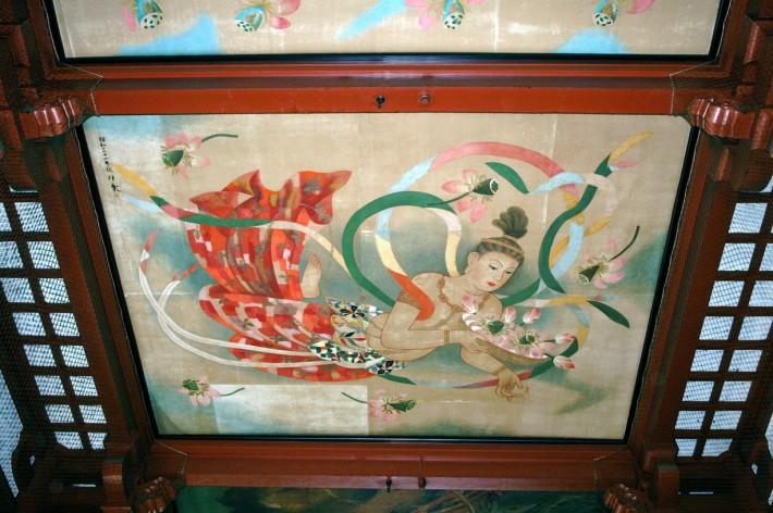 Потолок с росписью по ткани в японском жилище
