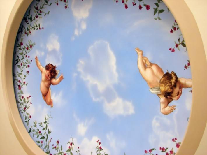 Нарисованные ангелы и цветы в круглой нише