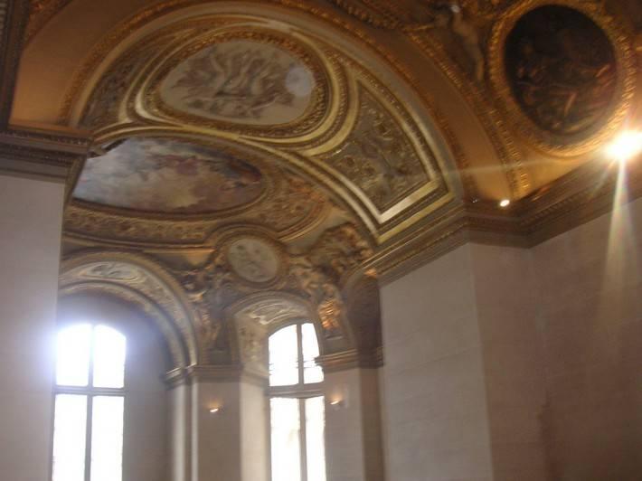 Потолок покрытый золотом и с вклеенными картинами