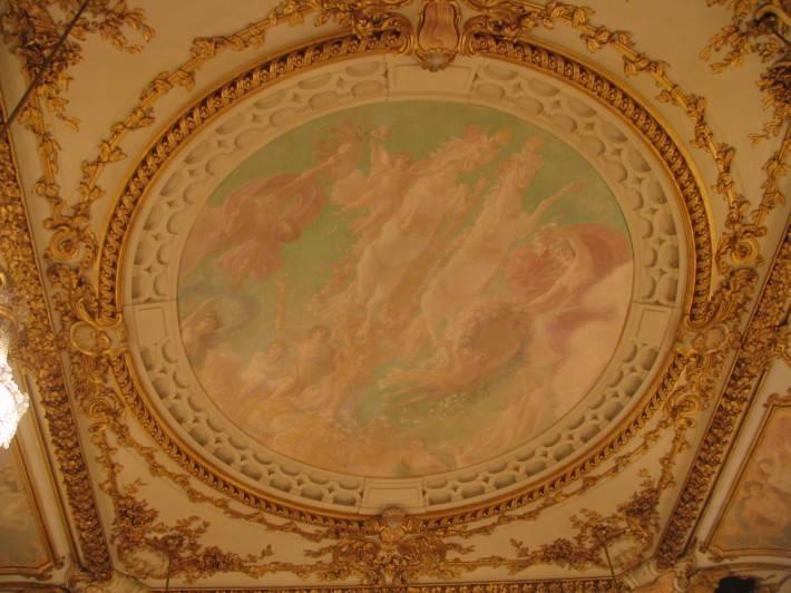 Старинная фреска обрамленная лепниной