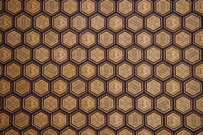 Роспись потолка в виде сот с узорами внутри
