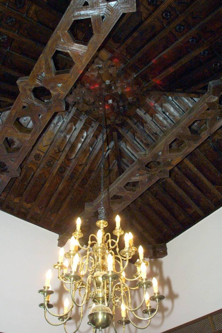 Фотография потолка из дерева в средневековом стиле
