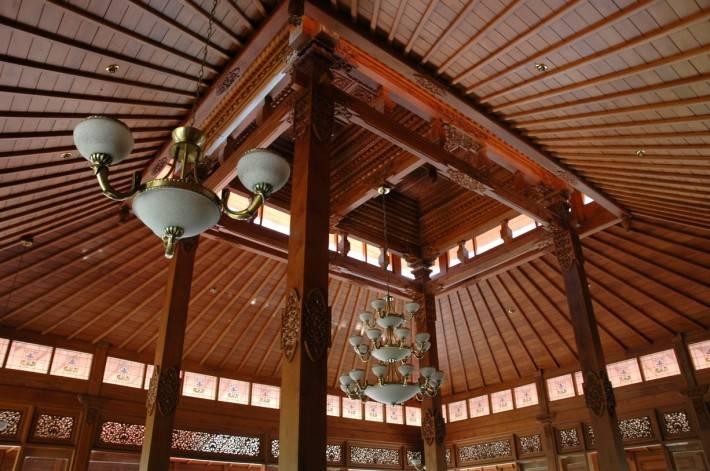 Деревянный потолок — фото 47