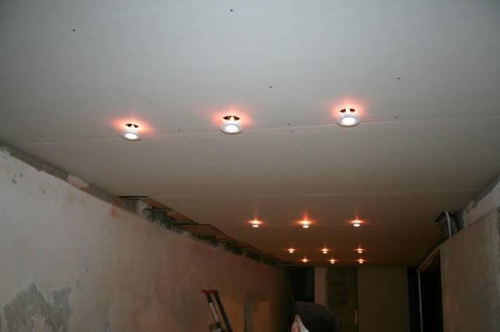 Фото потолка из гипрока с точечной подсветкой