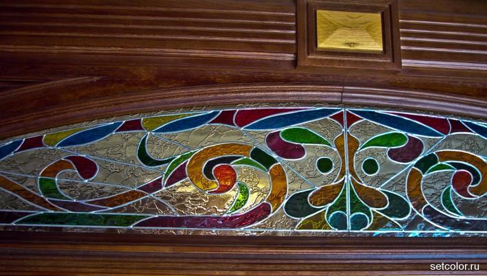 Витражная ниша у входной двери в квартиру — фрагмент тимпана 2