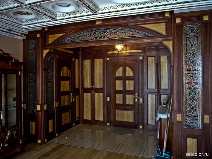 Витражная ниша у входной двери в квартиру