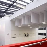 Подвесной потолок с вертикальными панелями