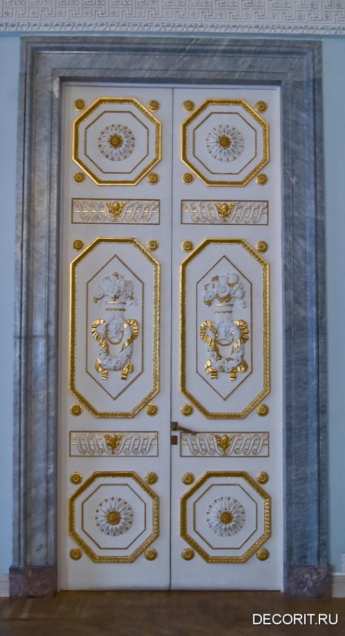 Фото старинной двери из Михайловского замка