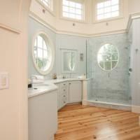 Деревянный потолок в ванной комнате
