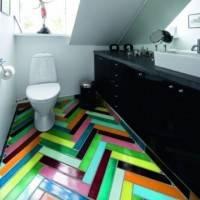 Разноцветный паркет в туалете