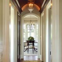 Деревянный потолок в коридоре