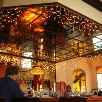 Двухуровневый зеркальный потолок ресторана