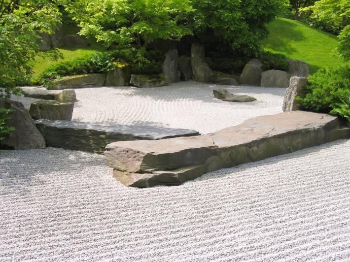 Японский сад камней с галькой