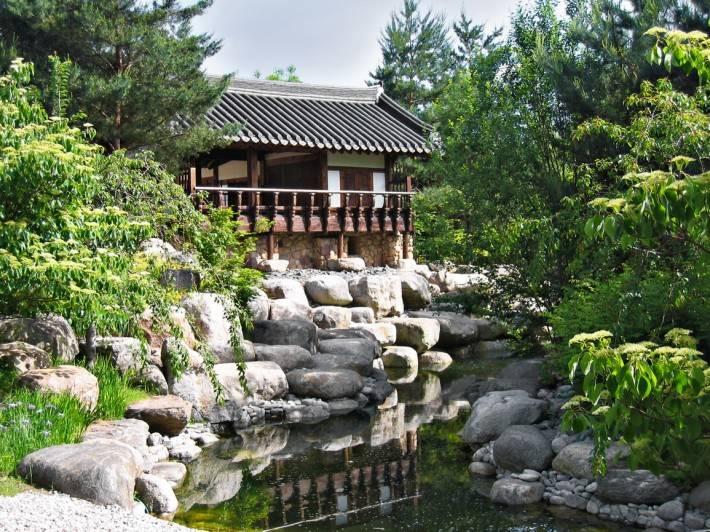 Пруд в японском саду около Додзё