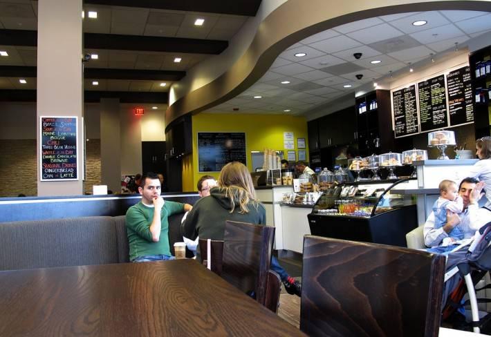 Интерьер кафе Tynan Coffee & Tea с подвесным потолком