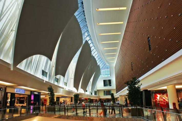 Потолок торгового центра и использованием стекла