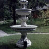 Фонтан с чашами и лилией