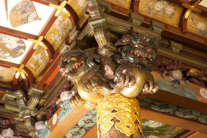 Резной декор по дереву потолка и колонн в японском стиле