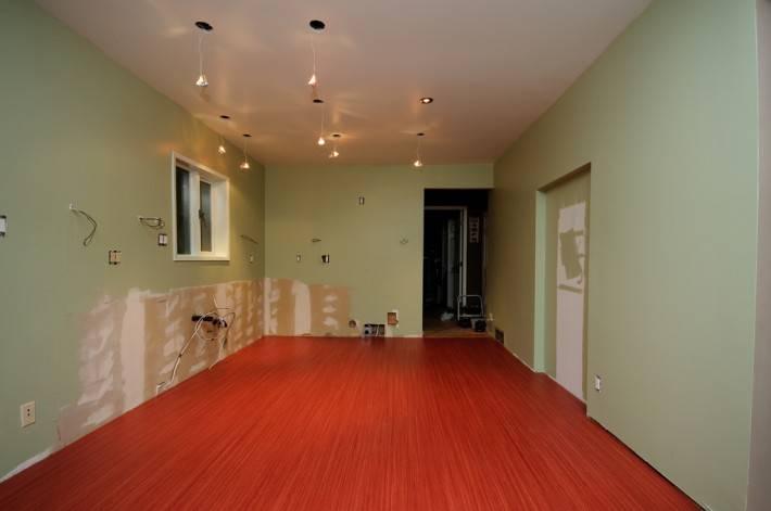 Линолеумный пол коричневого цвета на кухне