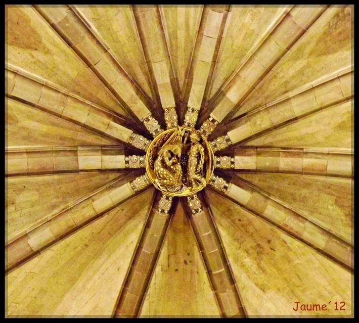 Потолок крипты храма Святого Семейства в Барселоне — фото 2