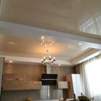 Натяжной потолок между балками на кухне