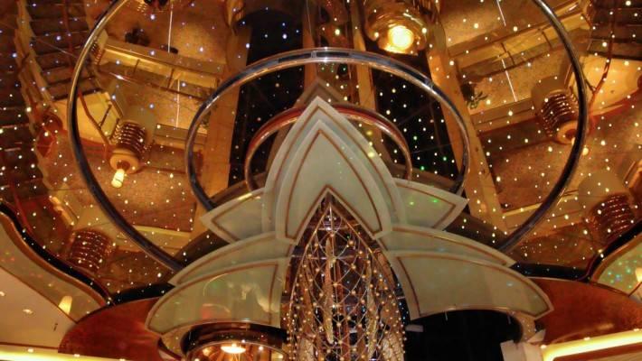 Зеркальный потолок на круизном лайнере