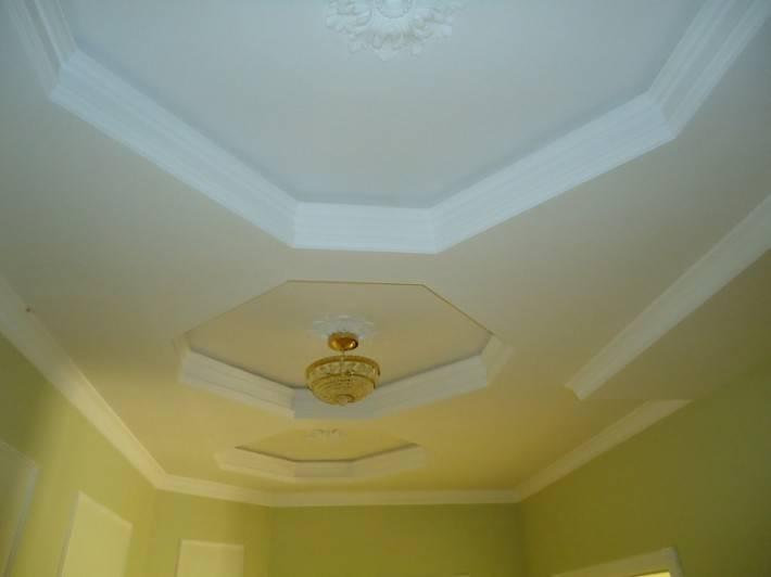 Двухуровневый потолок с лепным декором