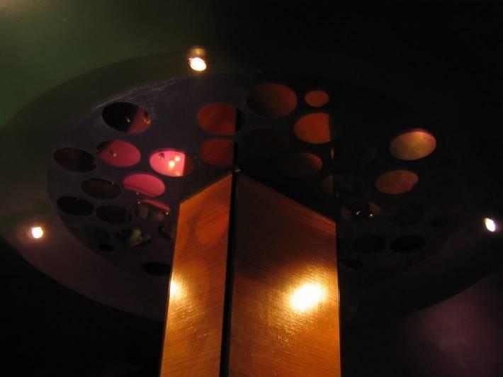 Зеркальные вставки на потолке