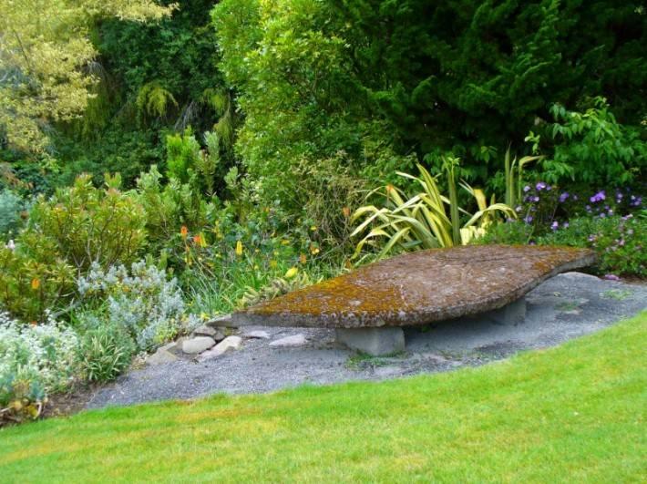 Скульптура в форме листа в саду Ayrlies