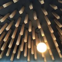 Декор потолка деревянными брусками