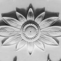 Лепной медальон на потолке