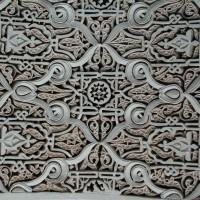 Украшенный арабесками потолок в Марракеше