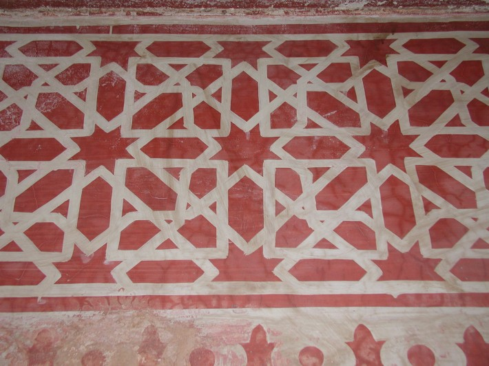 Украшенный арабесками пол в Марракеше