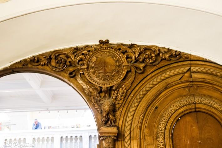 Деревянная дверь в Союзе Художников в Петербурге