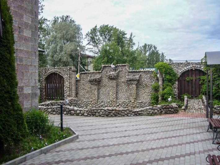 Ограда из булыжного камня