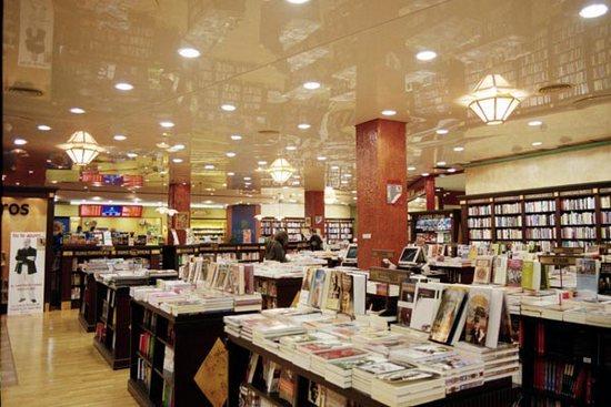Глянцевый натяжной потолок в книжном магазине
