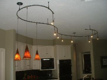 Фото дизайна потолка кухни с необычными светильниками