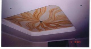 Роспись двухуровневого потолка из ГКЛ абстрактным узором