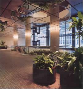 Подвесной потолок из зеркальных панелей в бизнес-центре